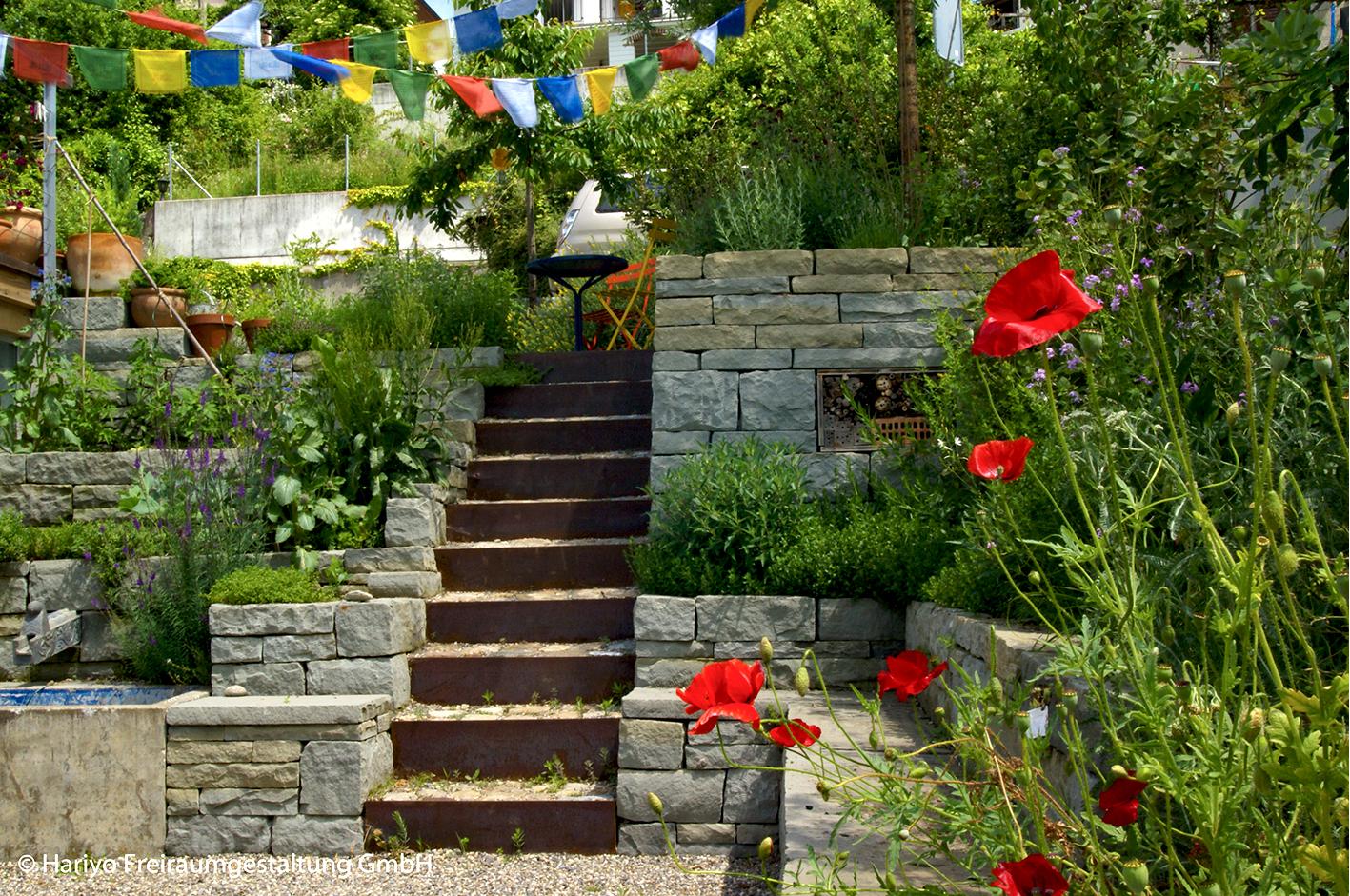 Wunderschöne Motive im Familiengarten mit Trockenmauern, Stahltreppe, rotem Mohn und wehenden Gebetsfahnen